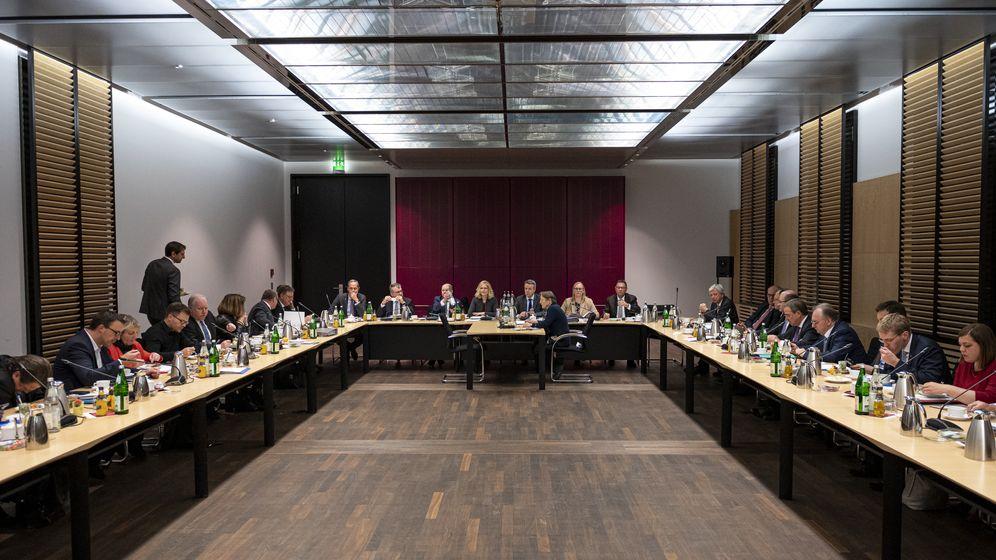 Berlin: Die Mitglieder sitzen vor der ersten Sitzung des Vermittlungsausschusses von Bundestag und Bundesrat zum Klimapaket im Saal.    Bild:picture alliance/dpa