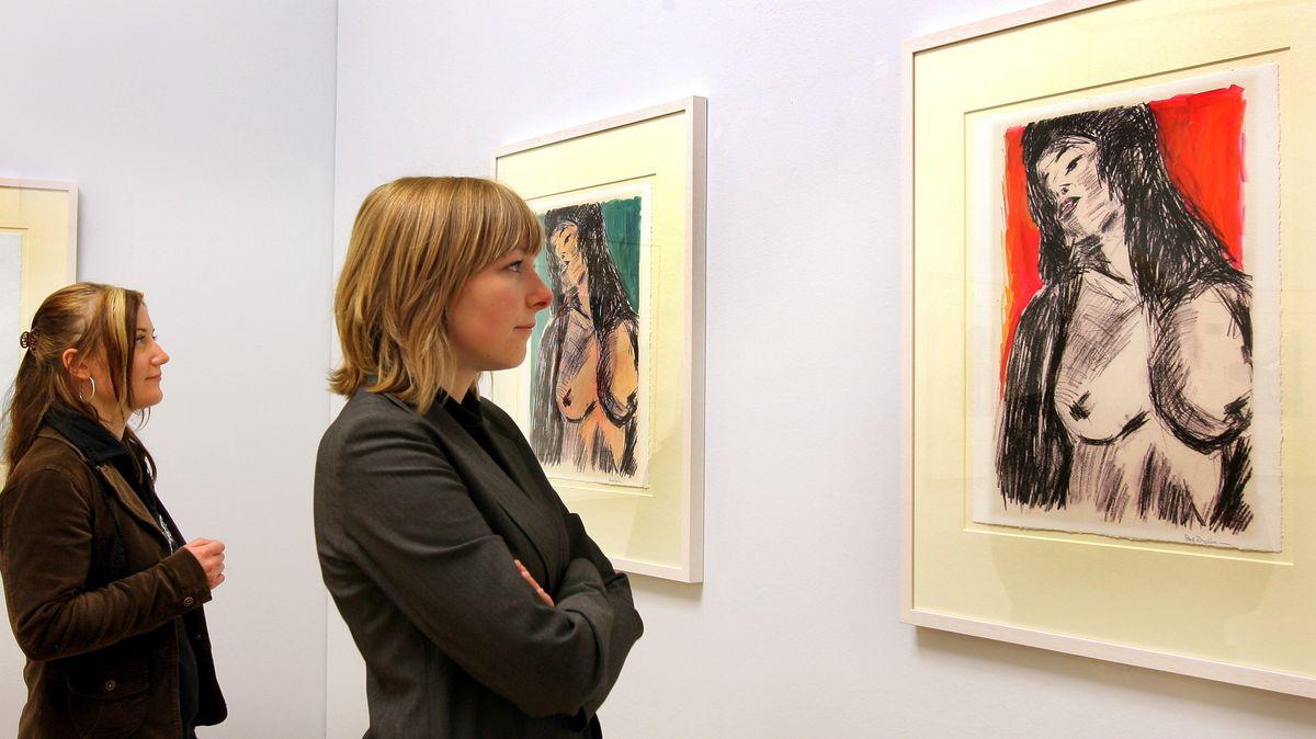 """Archiv: Zwei junge Frauen betrachten in den Chemnitzer Kunstsammlungen die Bilder aus der Serie """"Cassandra"""" (2007) von Bob Dylan."""