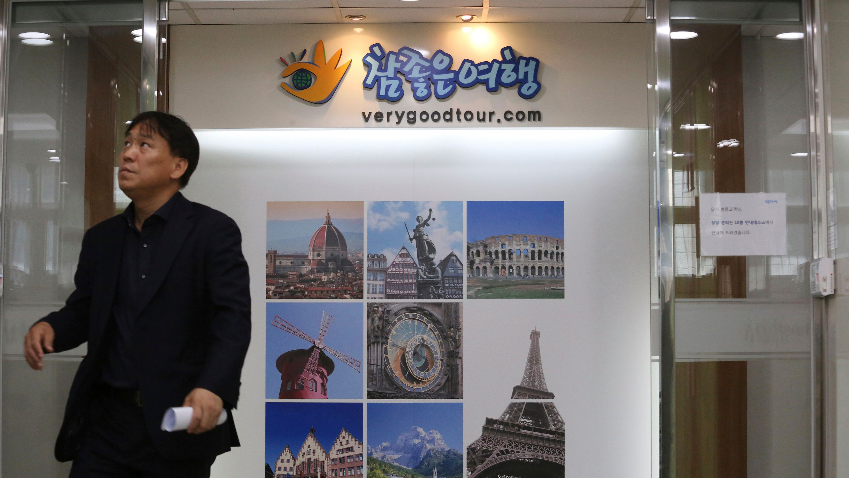 Südkorea, Seoul: Ein Mann steht vor einem Eingang zum Hauptsitz des südkoreanischen Reiseveranstalters Verygoodtour.
