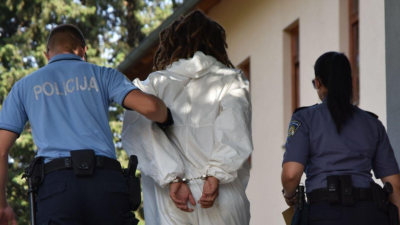 Tatverdächtiger Mann wird von der Polizei abgeführt