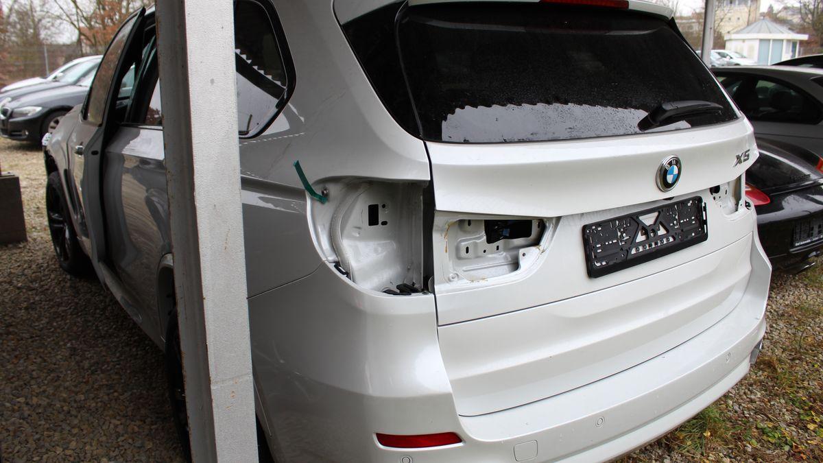 Bei diesem Neuwagen haben die Einbrecher Scheinwerfer, Navi und Entertainmentsystem ausgebaut.
