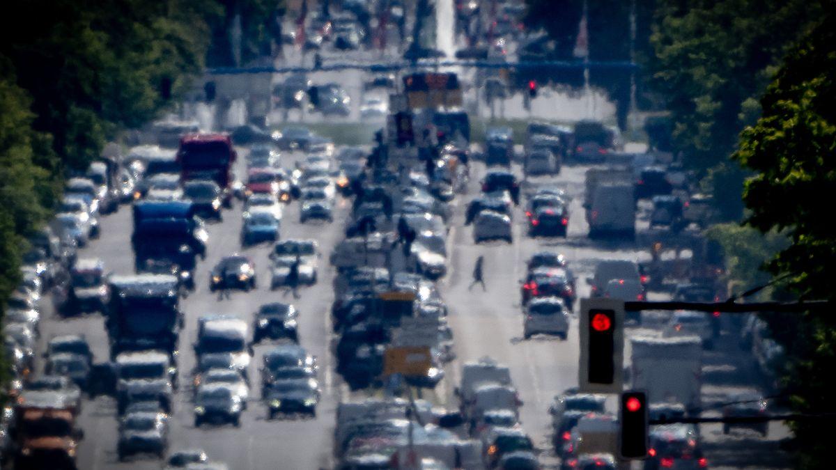 Berlin: Autos, LKW und Lieferfahrzeuge fahren auf dem Kaiserdamm in der Hauptstadt stadteinwärts.