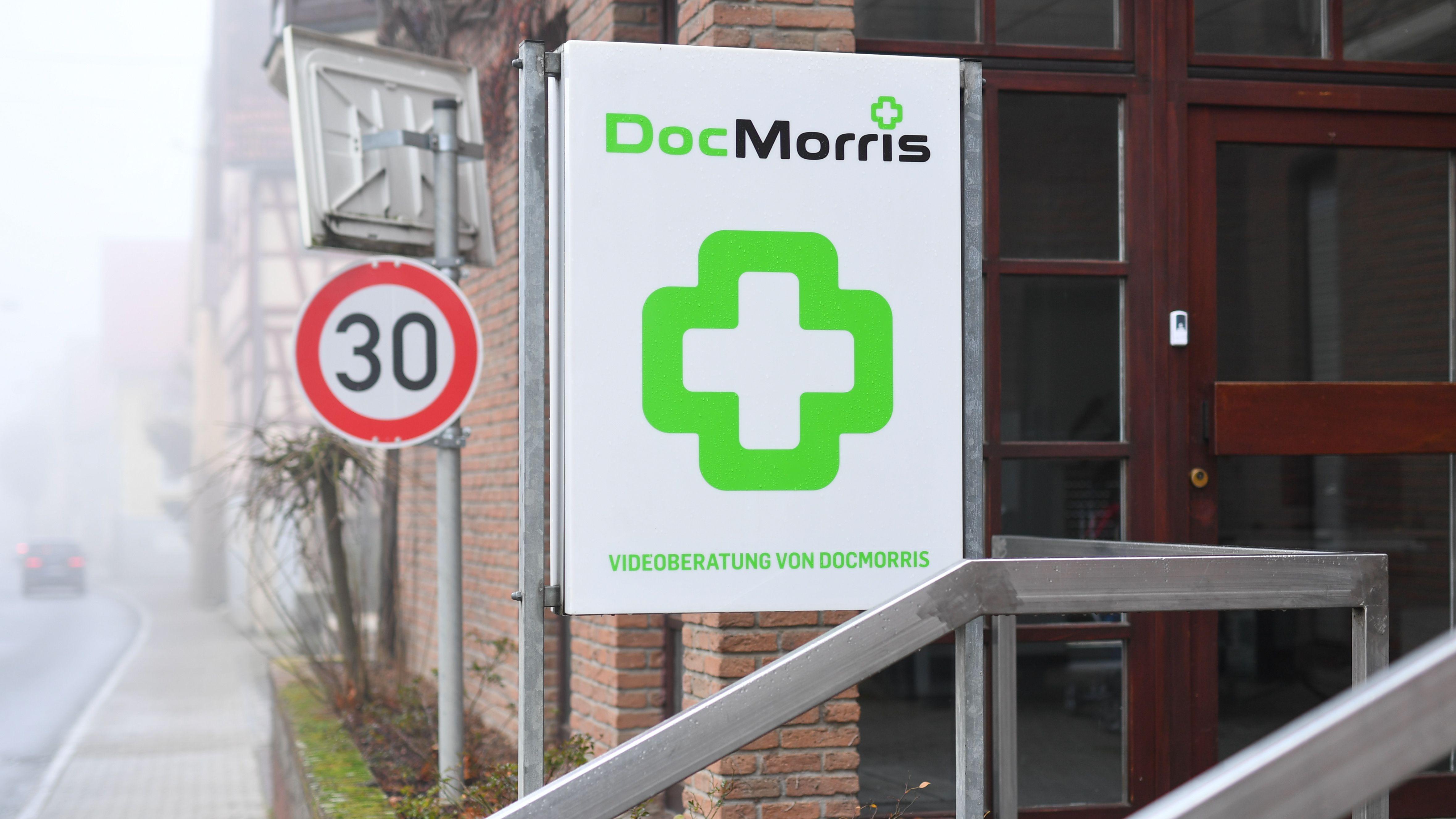 """Ein Schild mit der Aufschrift """"Videoberatung von DocMorris"""" in Hüffenhardt."""