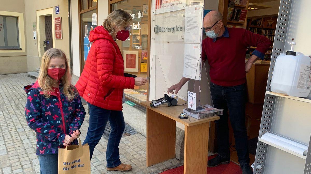 Bild von Buchhandlung Dombrowsky in Regensburg beim Click and Collect Fenster