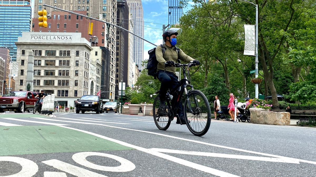 Radeln in New York - am besten mit Helm und Maske.