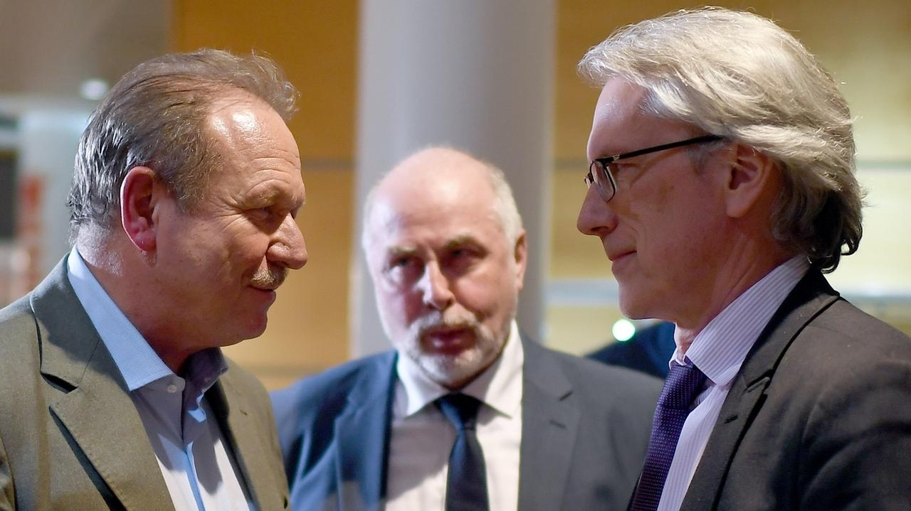 Frank Bsirske (l-r), Vorsitzender der Gewerkschaft Verdi, Ulrich Silberbach, Bundesvorsitzender des dbb, und Matthias Kollatz (SPD)