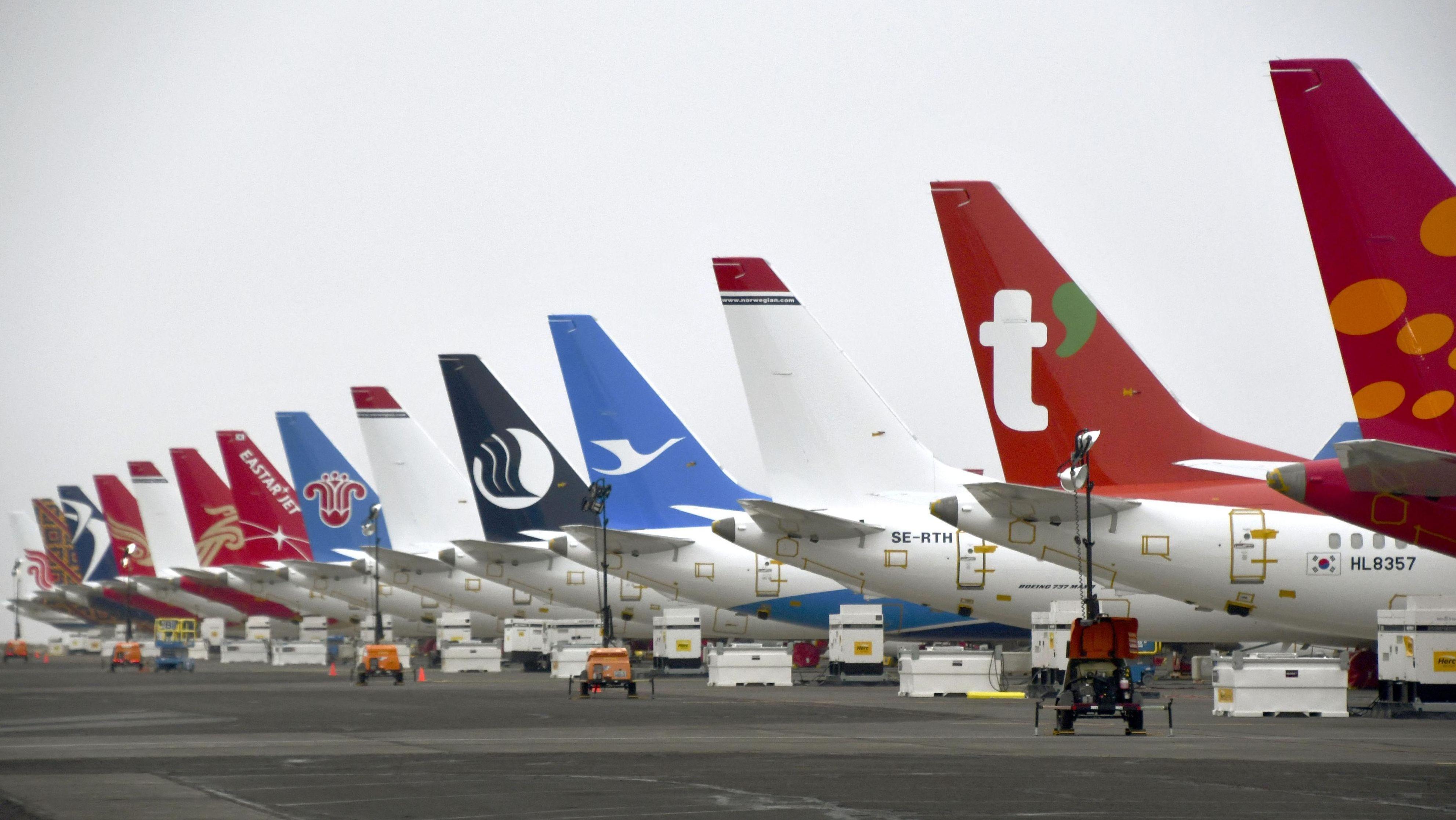 Flugzeuge von Typ Boeing 737 MAX verschiedener Fluggesellschaften stehen  auf einem Flughafen im US-Bundesstaat Washington.