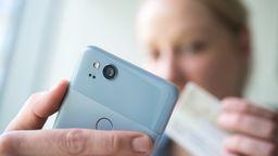 Ausweis und Smartphone   Bild:Picture Alliance