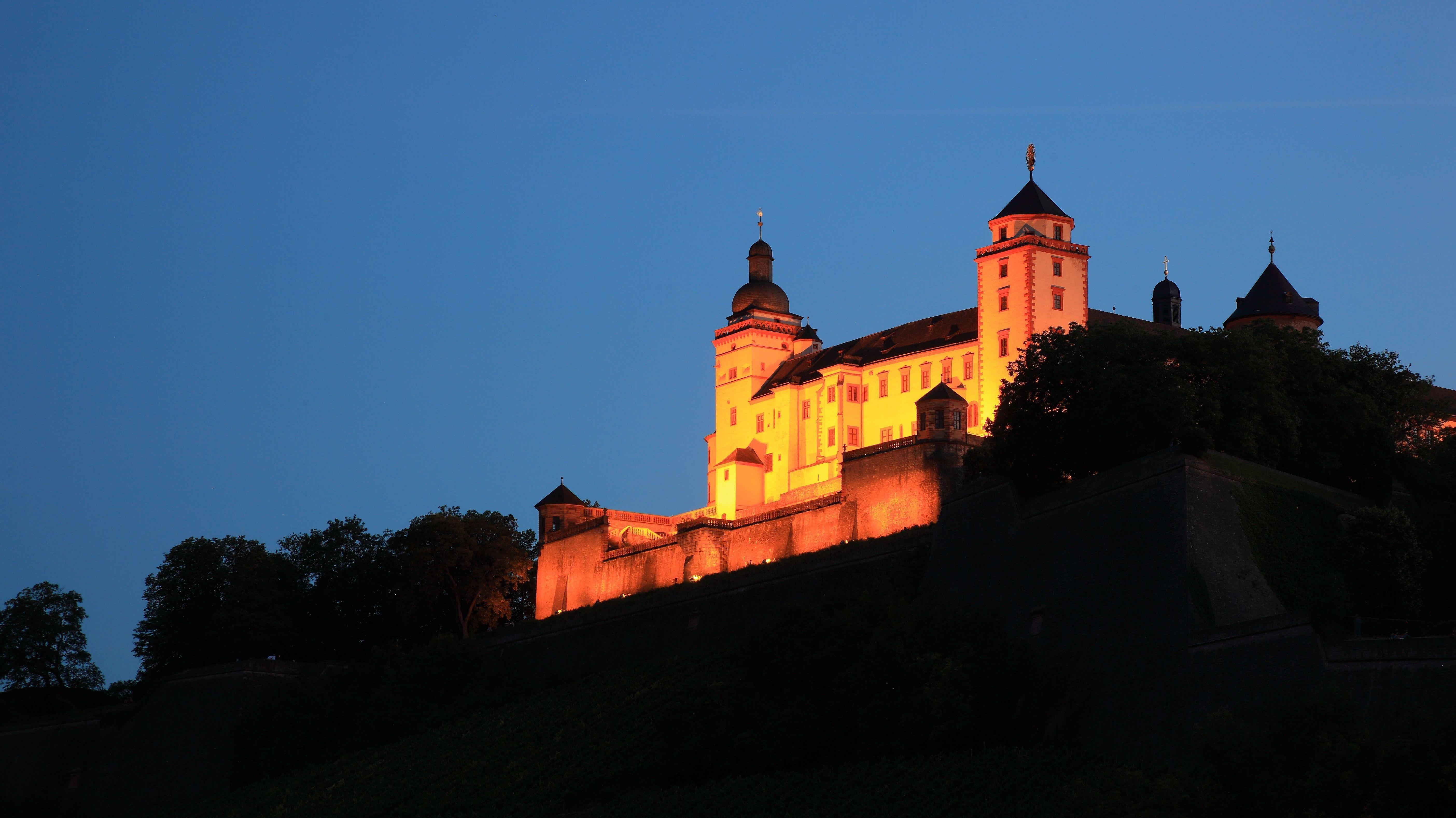 Festung Marienberg in Würzburg bei Nacht mit Beleuchtung