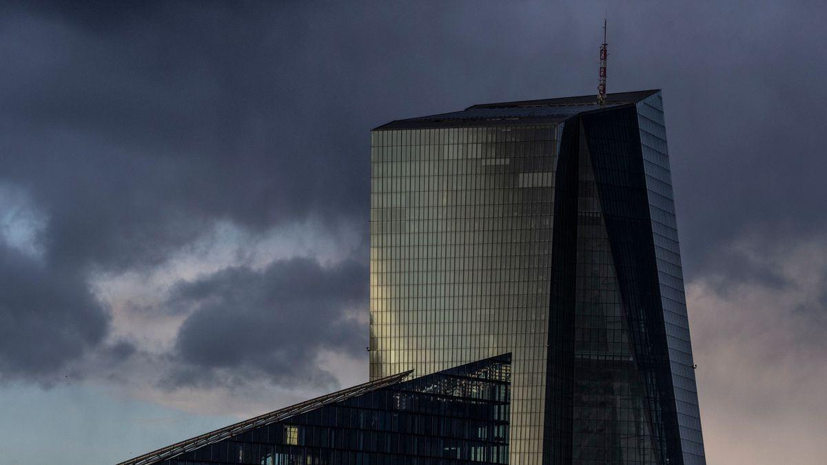 Dunkle Wolken ziehen über die Glasfassade der Europäischen Zentralbank (EZB) hinweg, während im Vordergrund ein Bürogebäude zu sehen ist.