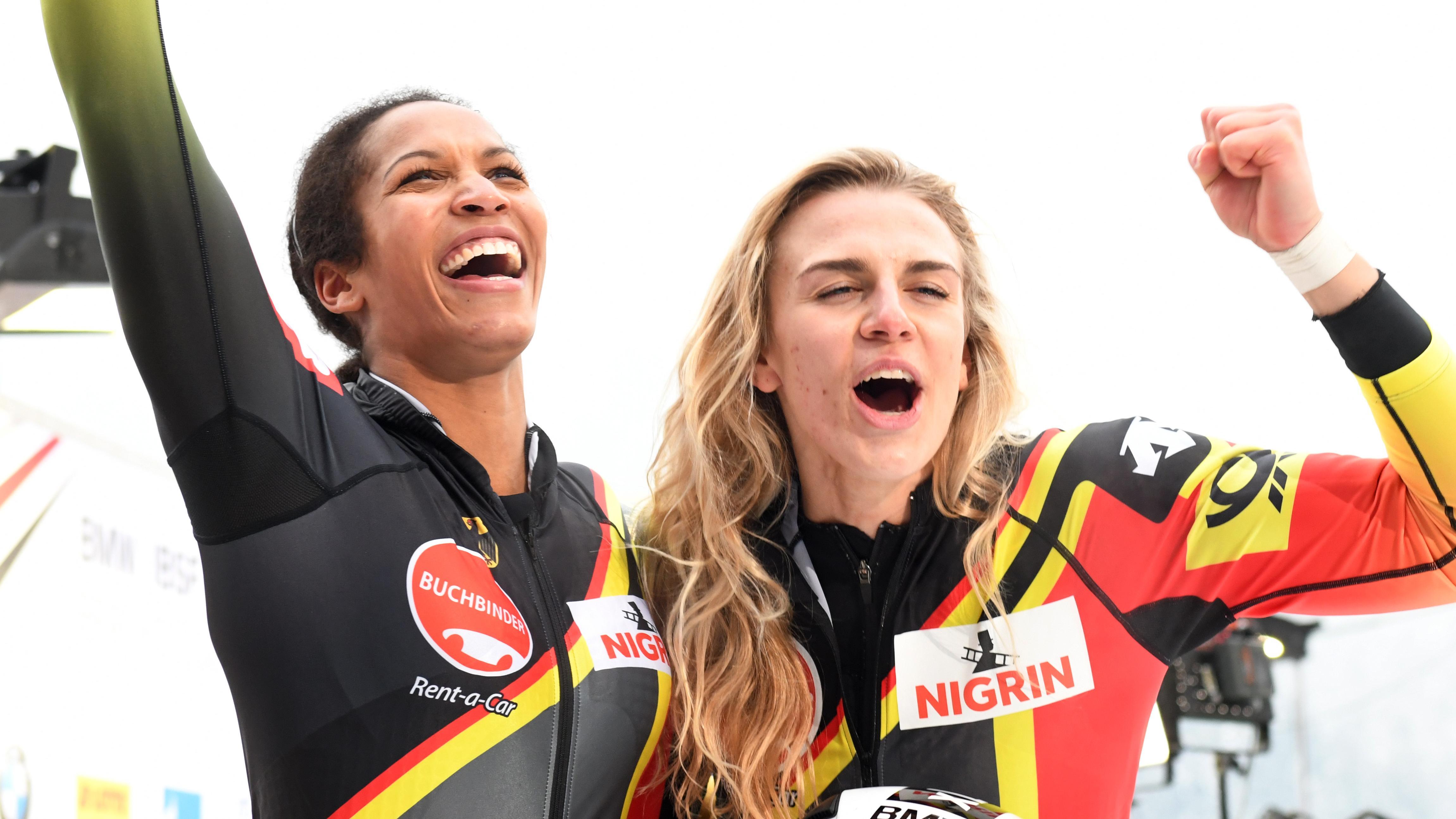 Bobfahrerin Mariama Jamanka (links) und Anschieberin Annika Drazek nach dem Gewinn des EM-Titels