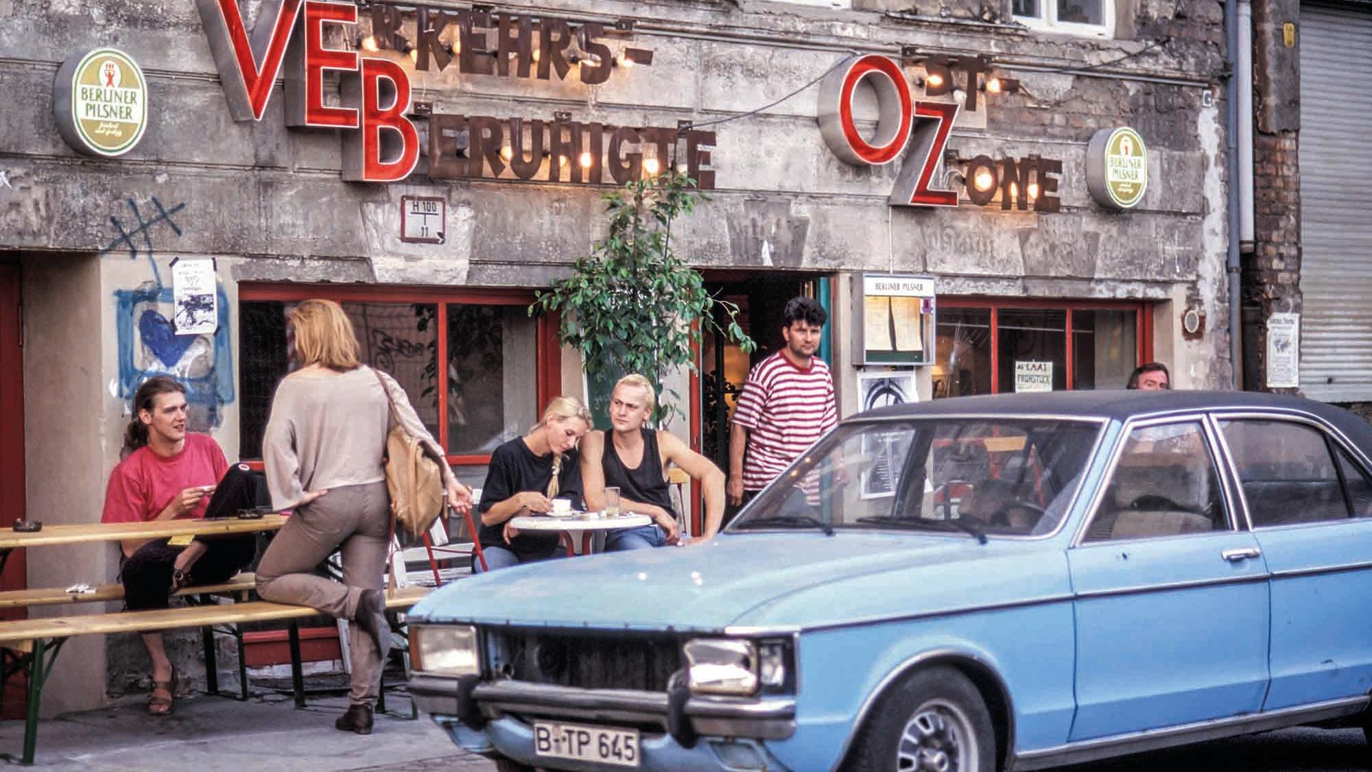 """Verkehrsberuhigte Ost-Zone"", Straßencafe 1994"