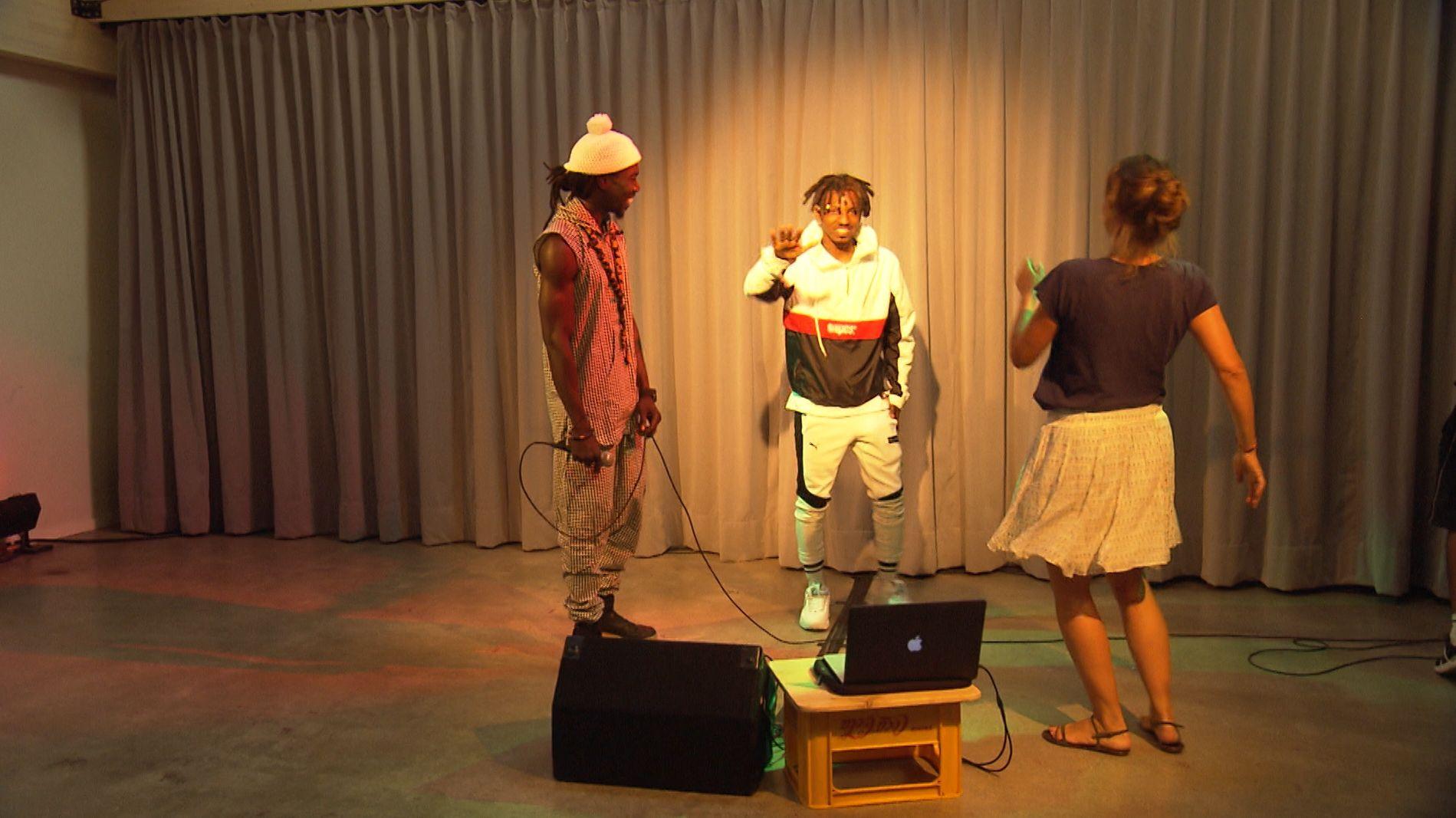 Zwei Flüchtlinge musizieren in der Musikwerkstatt, einem Angebot von Refugio e.V. in München