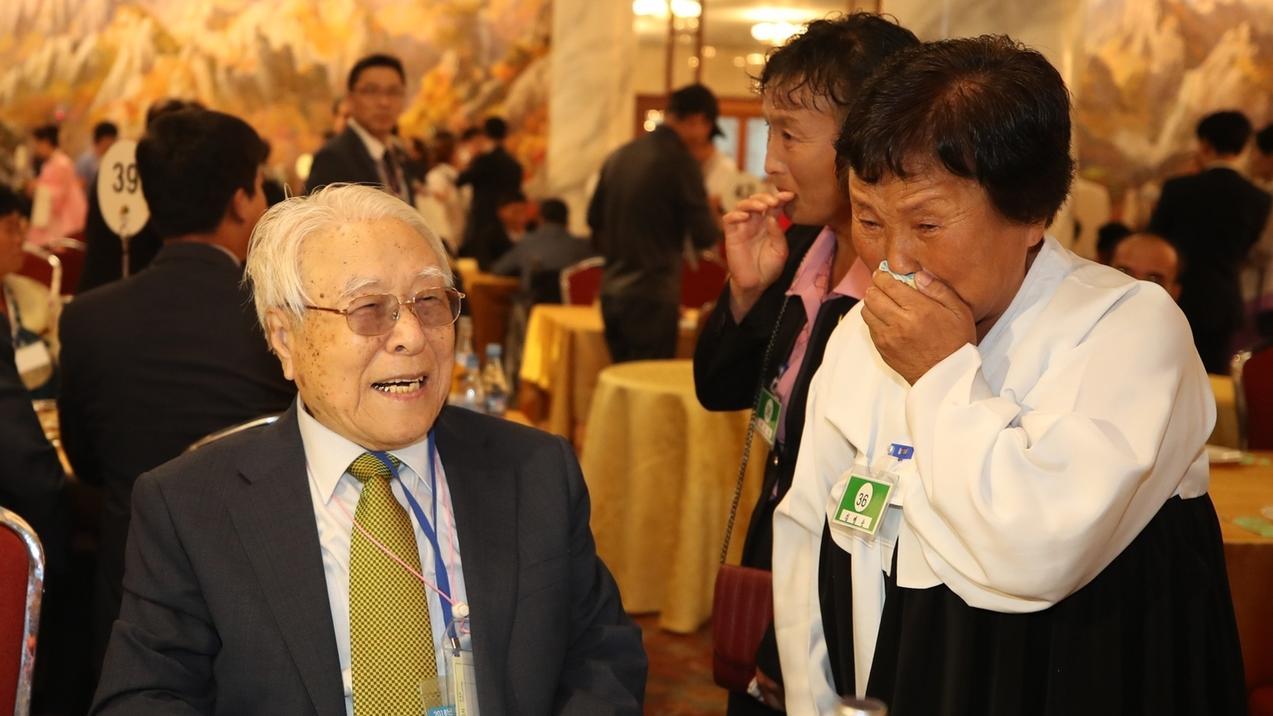 Paek Seong-gyu (l, 101) trifft seine Enkelin Baek Yong-ok (r, 48) zum allerersten Mal bei einem Treffen zur Familienwiedervereinigung. In einem Ferienhotel trafen 89 südkoreanische Senioren nach über sechs Jahrzehnten der Trennung rund 180 nordkoreanische Verwandte.