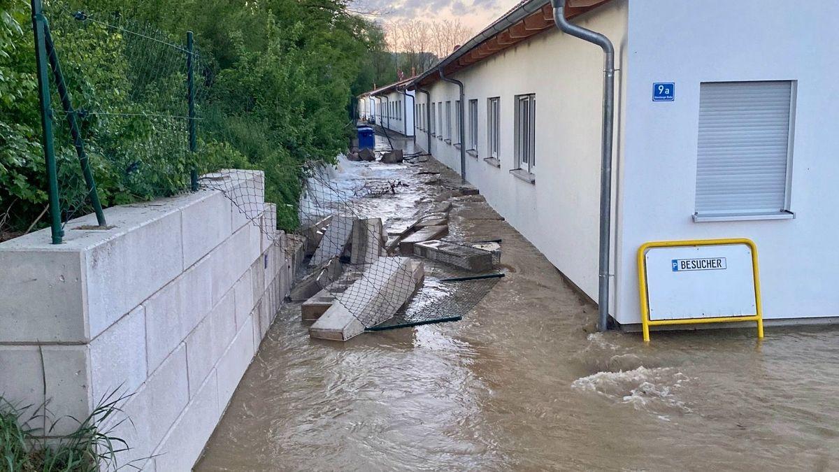 Austretende Wassermassen bingen Mauer zum Einsturz