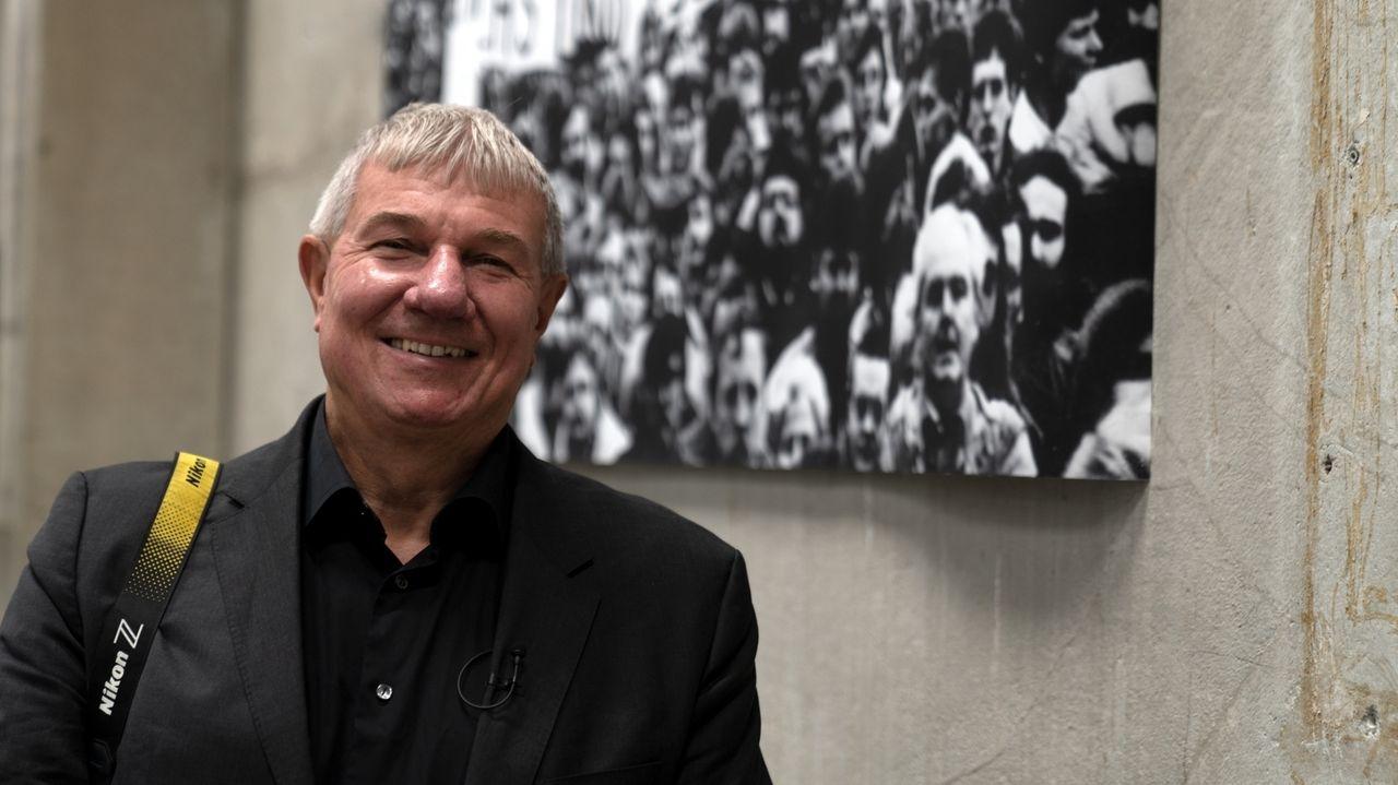 Der Augsburger Fotograf Daniel Biskup vor einem seiner Bilder im Foyer des Martiniparks.