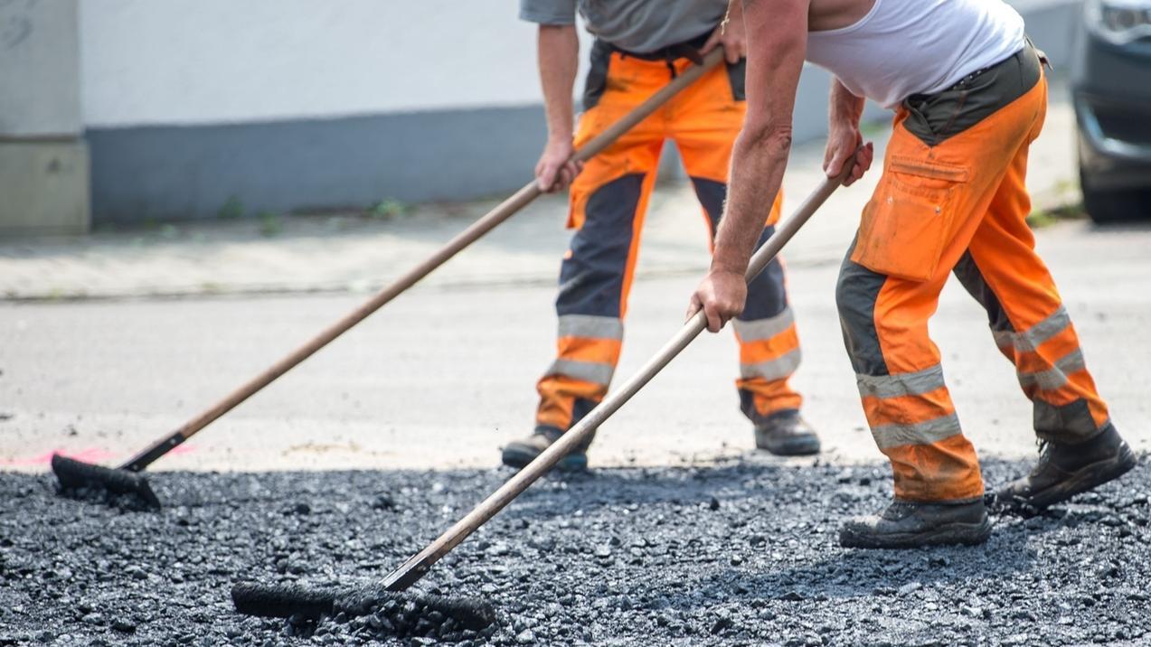 Bauarbeiter erneuern eine Straße