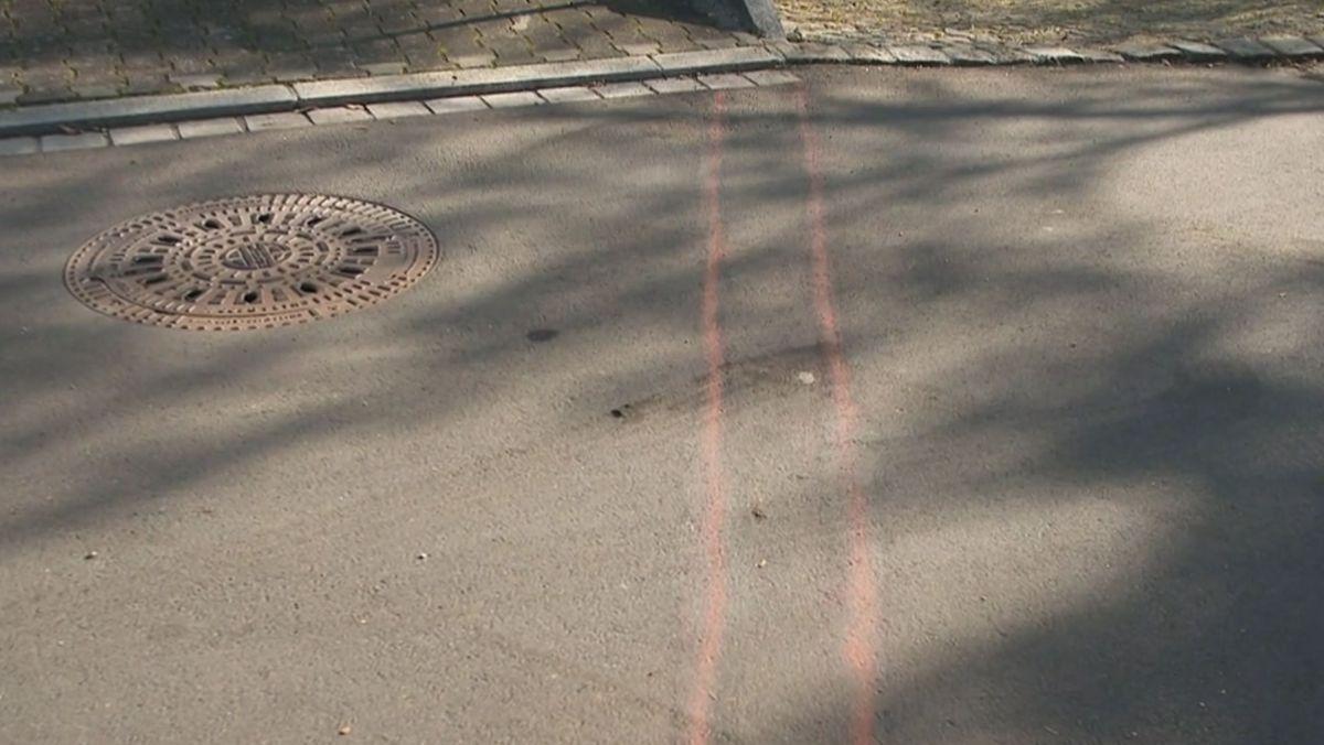 Die Striche markieren den geplanten Verlauf der Mauer. Die Mauer hätte quer über die Straße gehen sollen.