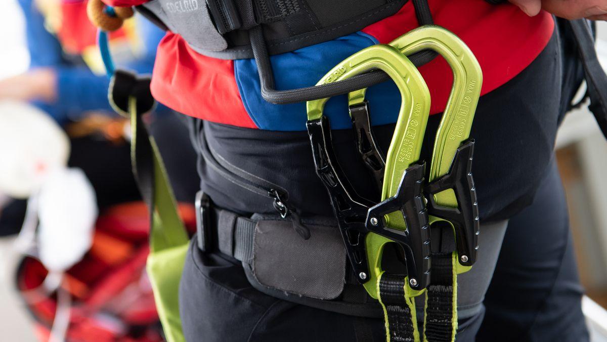 Kletterausrüstung bei einer Übung der Bergwacht im Mai 2020 in Bad Tölz.