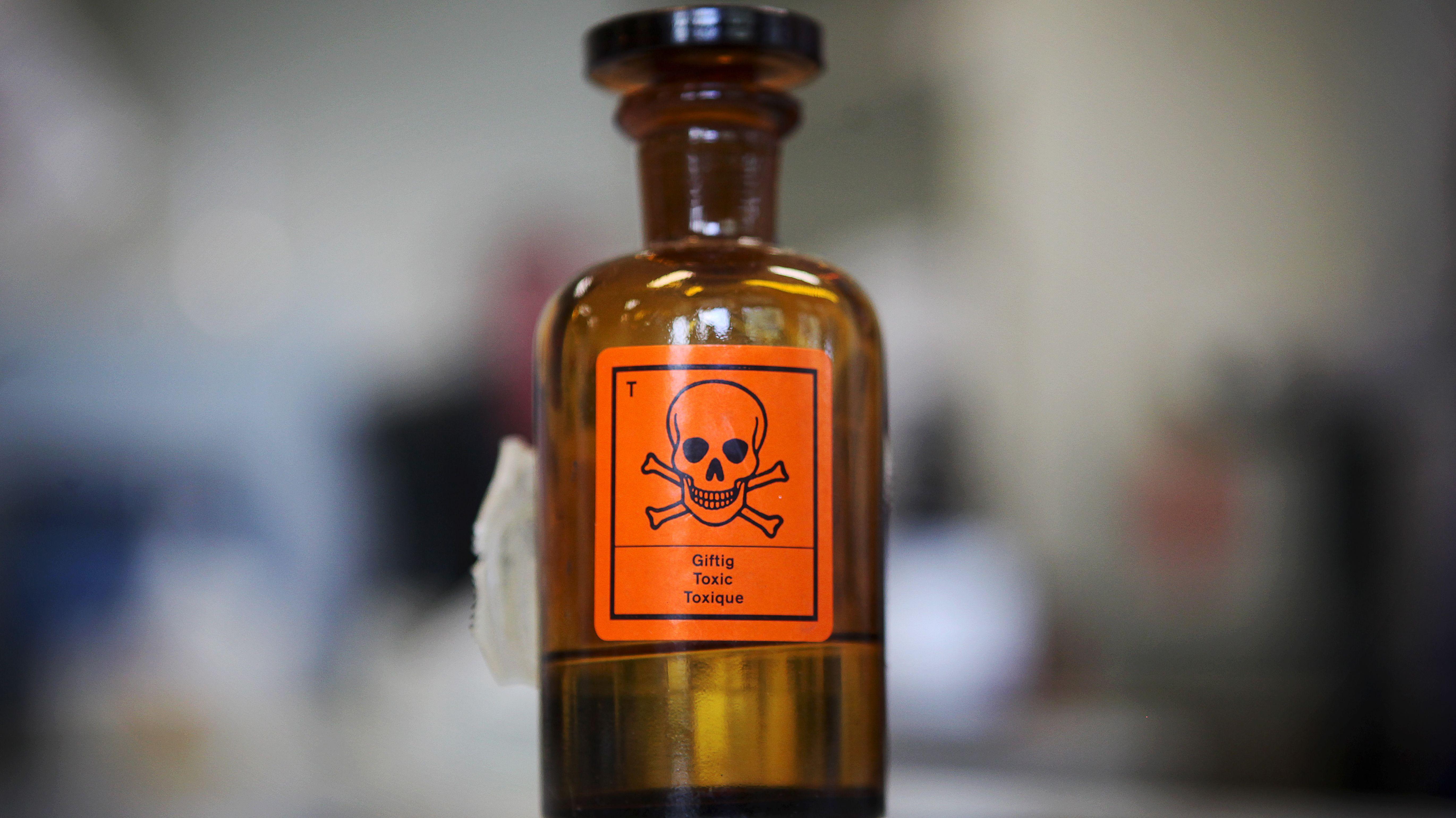 """Flasche mit der Aufschrift """"giftig"""""""
