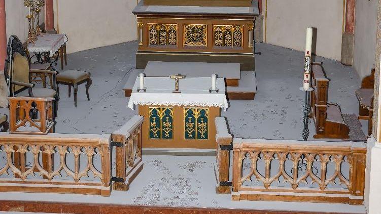 Der Altarraum ist voller Staub