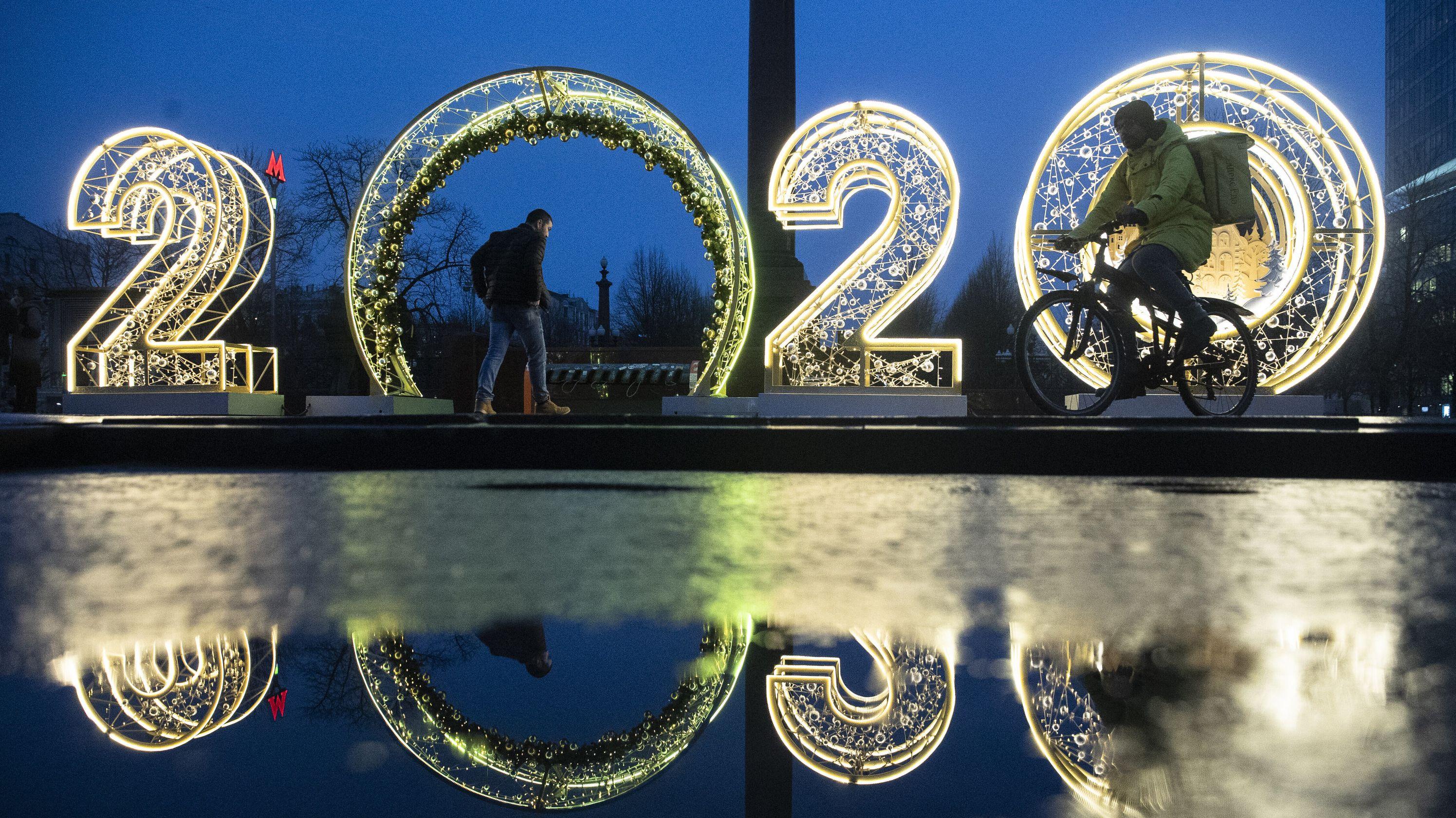 Leuchtinstallation mit der Jahreszahl 2020 in Moskau