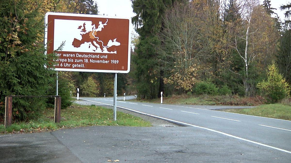 Ein Schild, das auf die ehemalige innerdeutsche Grenze hinweist.