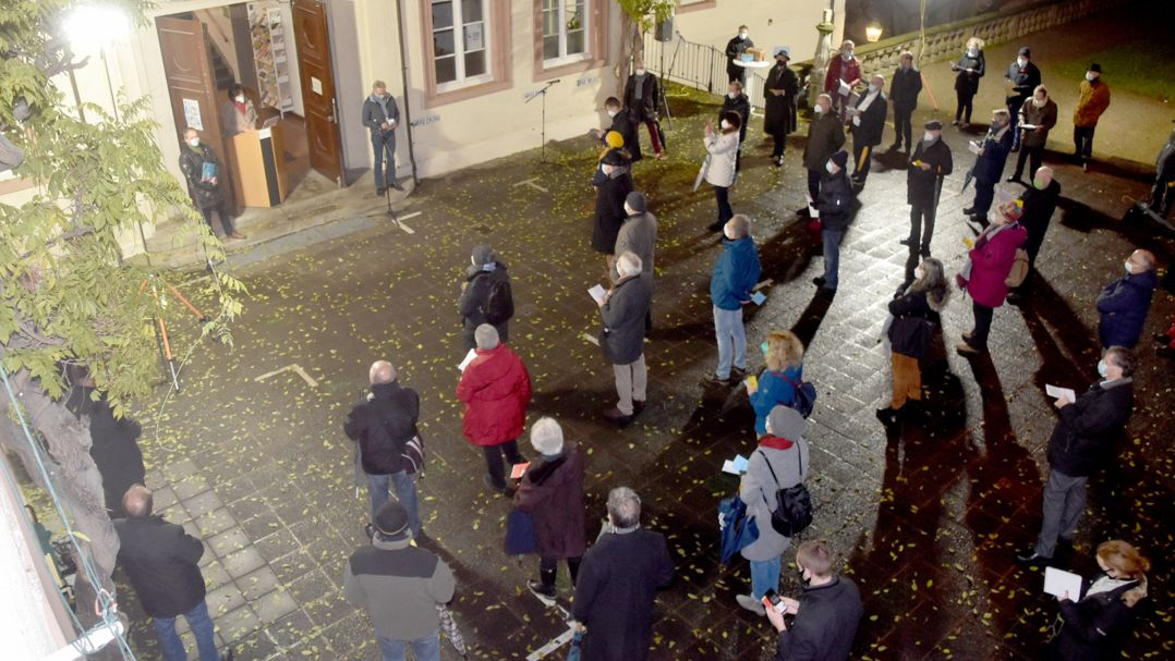 Ein Gemeinderat hält wegen der Coronapandemie eine Sitzung im Innenhof des Rathauses ab.