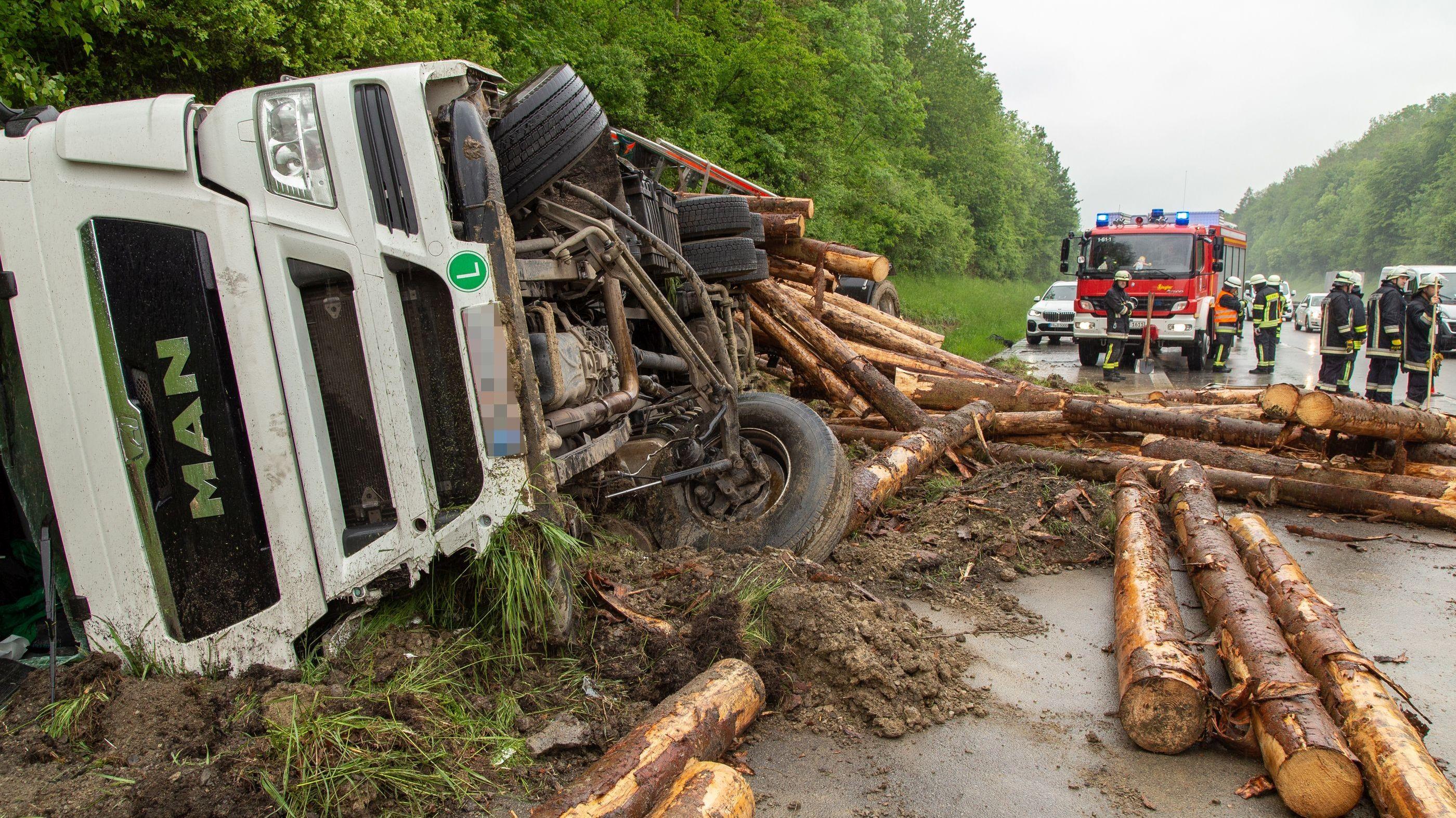 Die geladenen Baumstämme wurden über die ganze Fahrbahn verteilt - der Lkw-Fahrer wurde bei dem Unfall nur leicht verletzt.