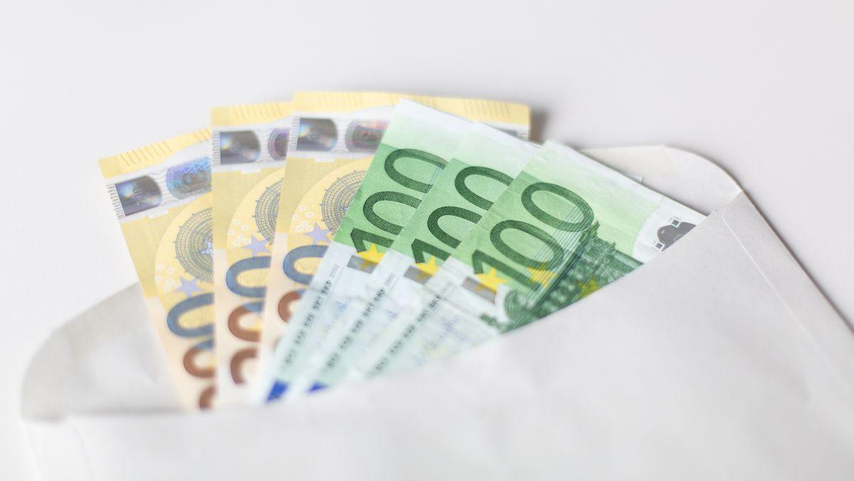 Mehrere Geldscheine in einem Briefumschlag. Die Corona-Krise wirkt sich negativ auf die Gehälter in Deutschland aus.