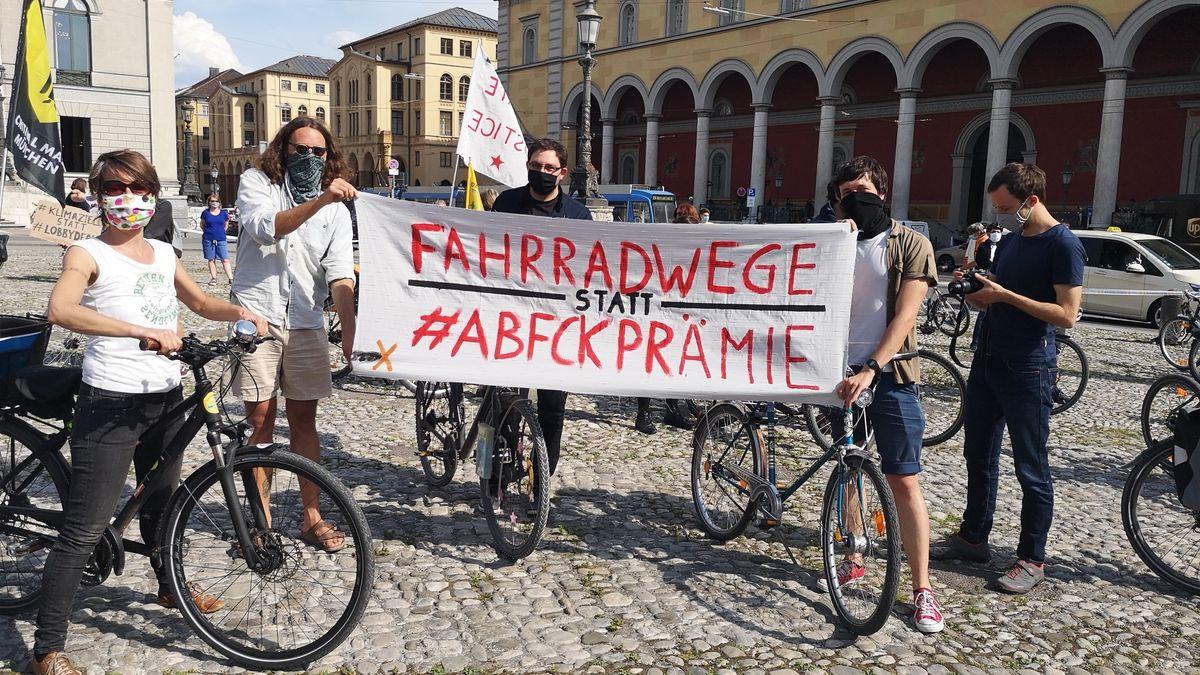 """Auf den Bannern der Demonstranten steht zum Beispiel: """"Fahrradwege statt Abwrackprämie""""."""
