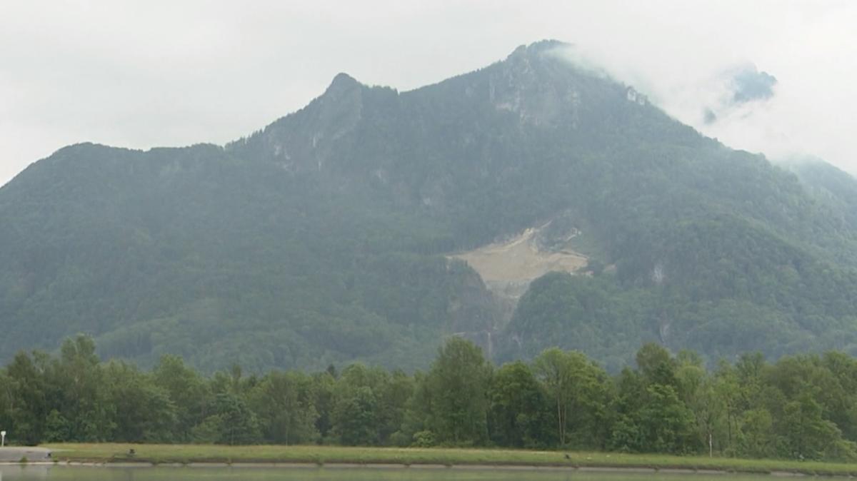 Ein Steinbruch ist deutlich im sonst dicht bewaldeten Westhang des Heubergs zu erkennen.