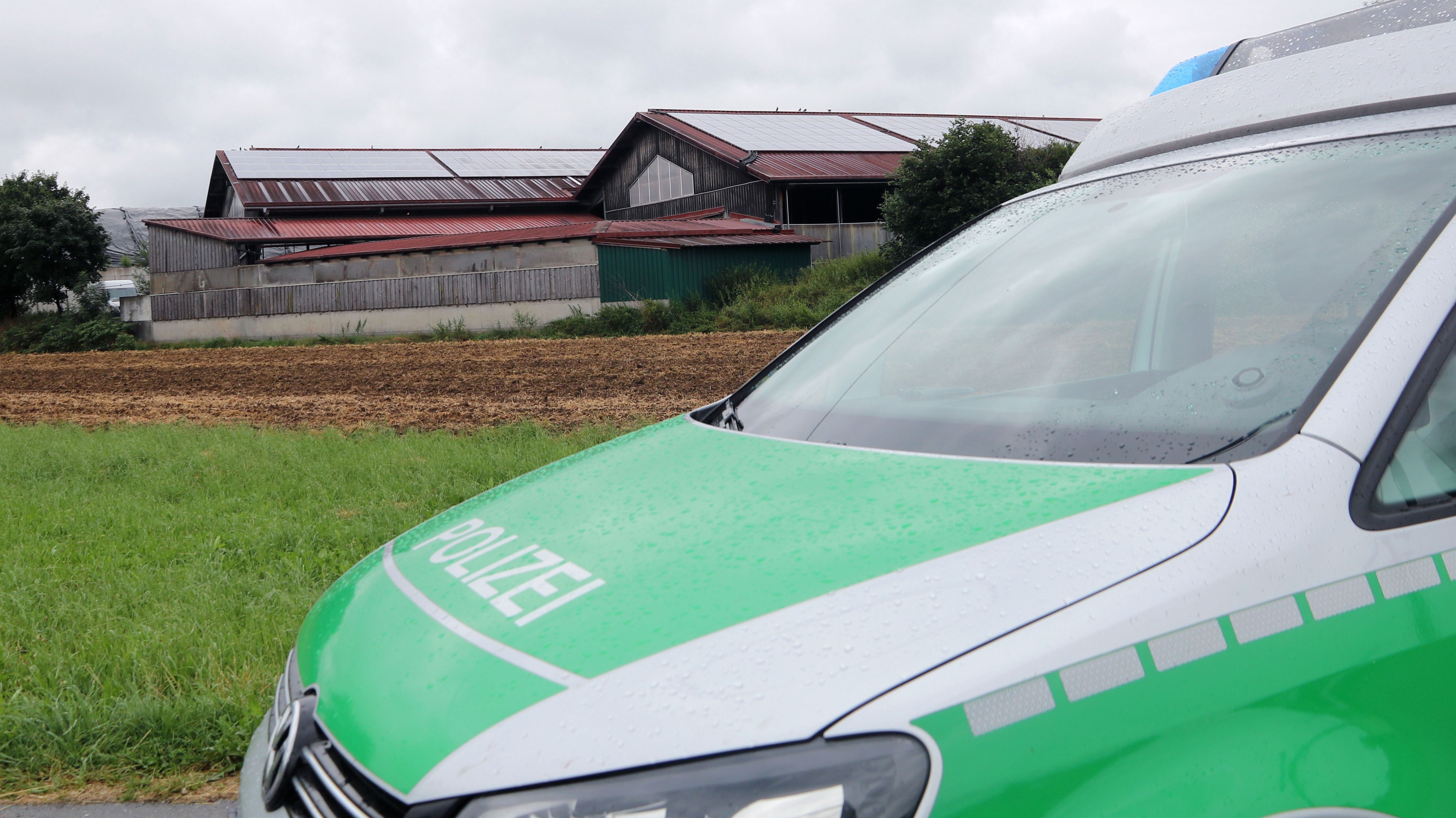 Ein Polizeiauto vor dem durchsuchten Milchbetrieb in Bad Grönenbach