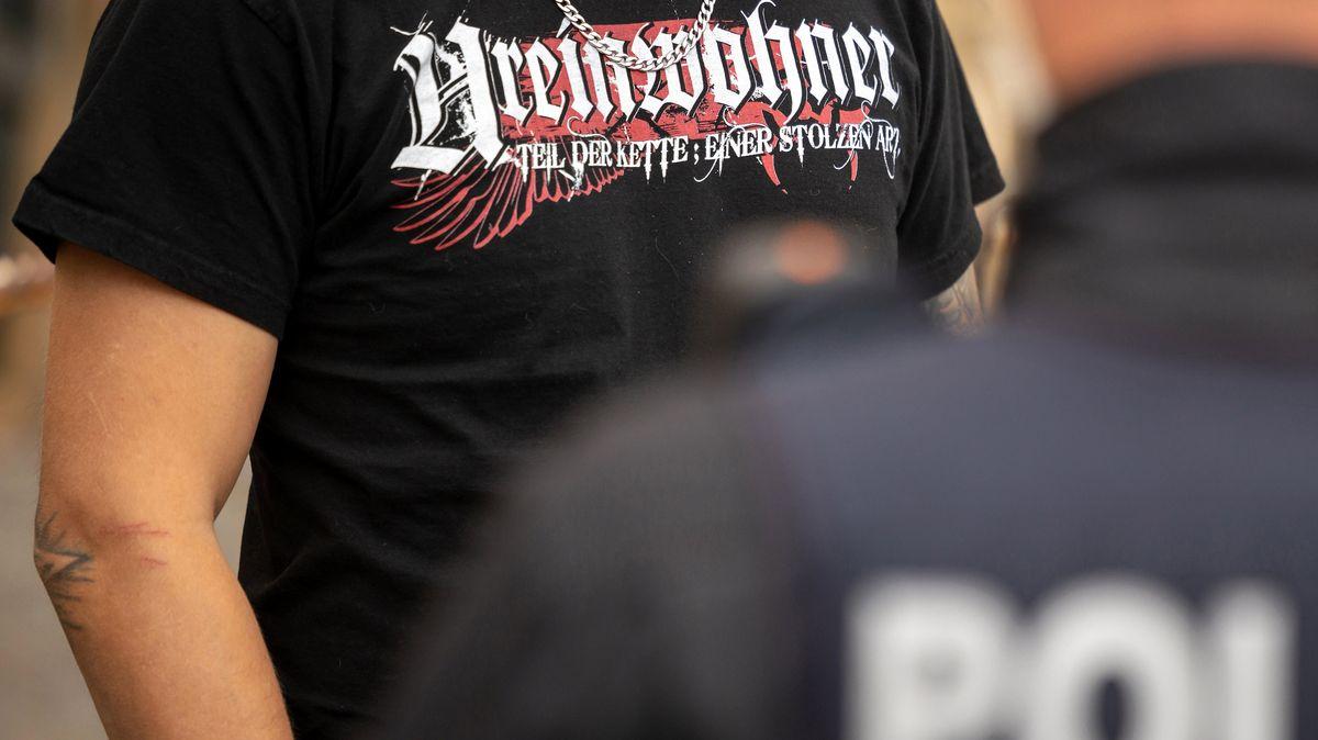 """Der Teilnehmer einer rechten Demonstration trägt ein T-Shirt mit der Aufschrift """"Ureinwohner"""""""