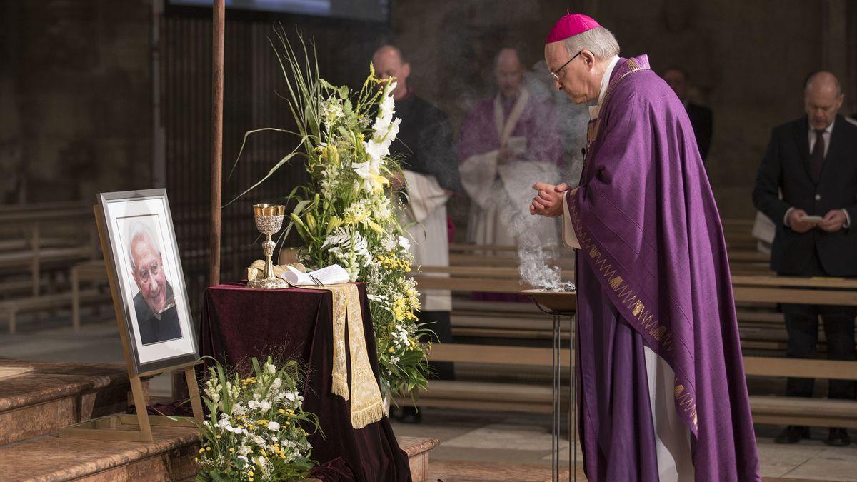 Regensburg: Bischof Dr. Rudolf Voderholzer steht vor einem Foto des verstorbenen Domkapellmeisters Georg Ratzinger beim Pontifikalrequiem im  Dom St. Peter.