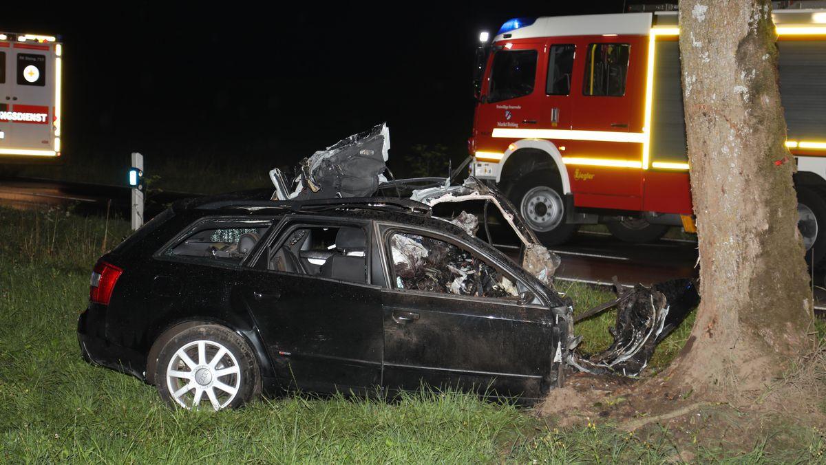Der demolierte Audi des Ostallgäuers auf der B17 bei Peiting; im Hintergrund Feuerwehrauto und Krankenwagen.