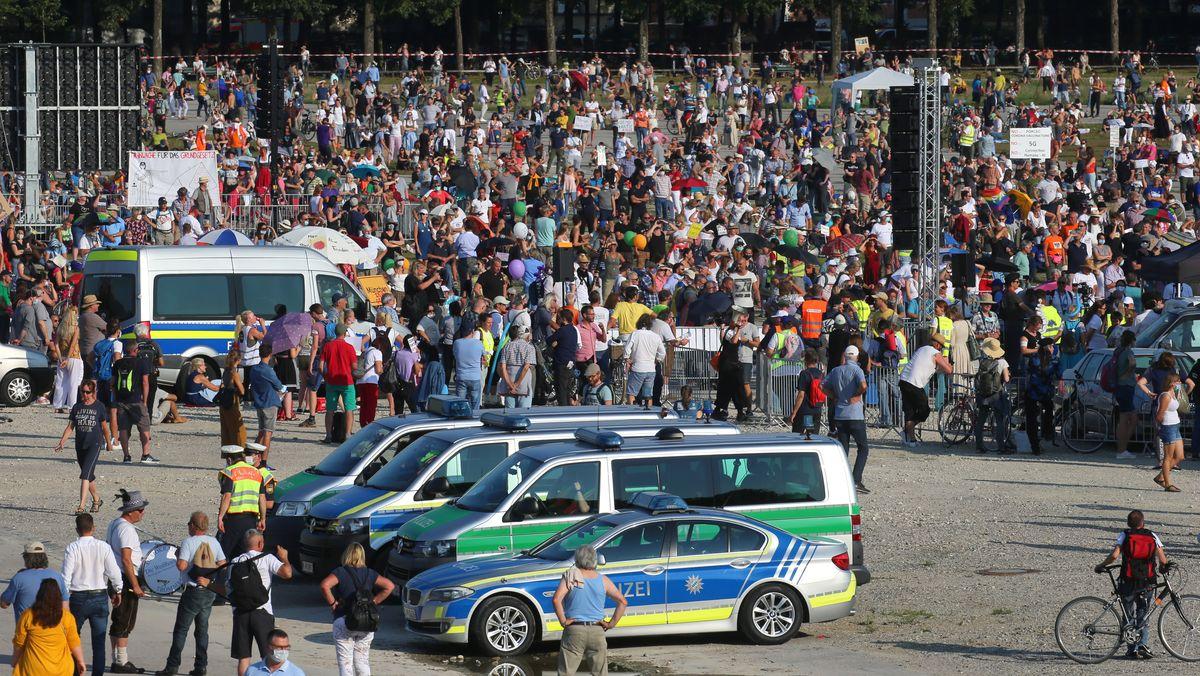 Tausende Menschen demonstrierten am 20.09.2020 auf der Theresienwiese in München gegen die Corona-Maßnahmen.