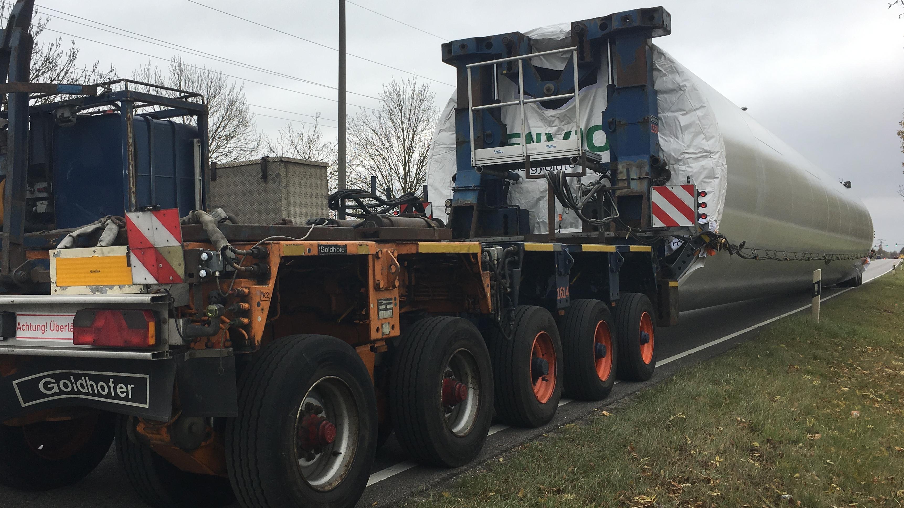 Ein überlanger, 120 Tonnen schwerer Transporter auf dem Weg von Regensburg nach Landshut.