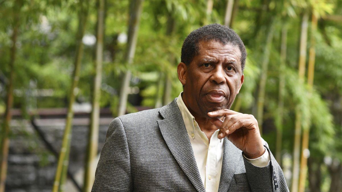 Ein schwarzer älterer Mann steht in Jackett und weißem Hemd in einer japanischen Tempelanlage: der haitianisch-kanadische Schriftsteller und Journalist Dany Laferrière 2019 in Tokio
