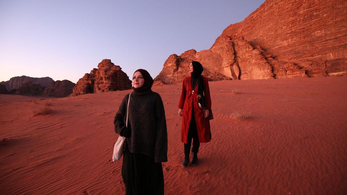"""Eda Cimsit und Cennet Uslu betreiben gemeinsam den Instagram-Account """"Hijabis on tour""""."""