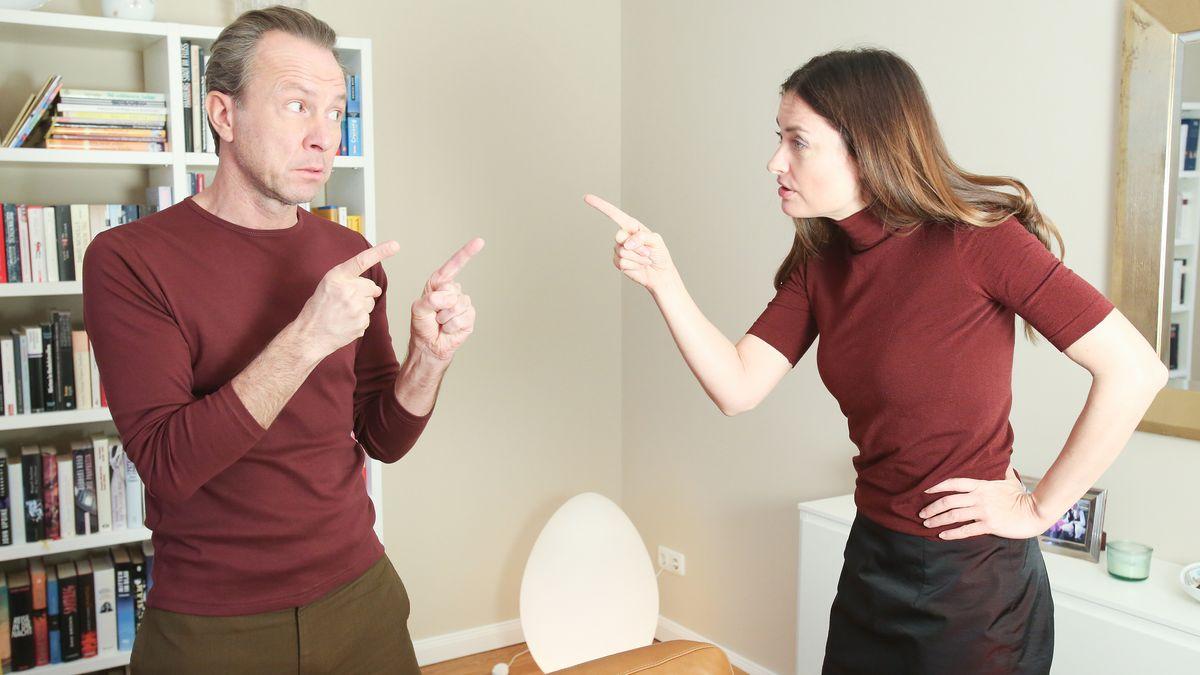 Ein Paar streitet sich im Wohnzimmer