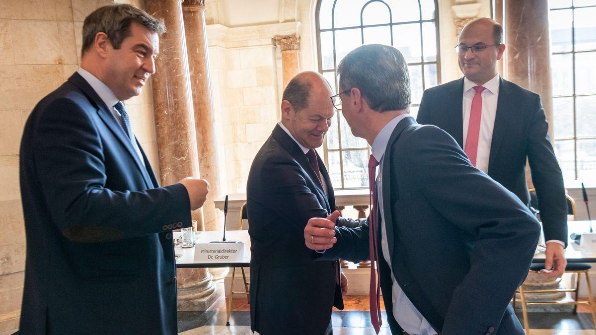 Ministerpräsident Söder, Bundesfinanzminister Scholz, Kunstminister Sibler und Bayerns Finanzminister Füracker begrüßen sich per Ellenbogen