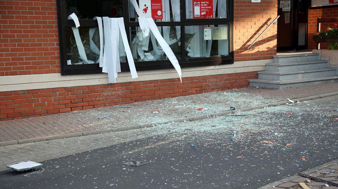 Splitter auf der Straße vor Bankfiliale in Geiselbach