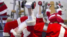 picture-alliance/dpa | Bild:Weihnachtsmänner im Fitnessstudio