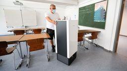 Raumluftfilter in einem Klassenzimmer (Symbolbild)   Bild:pa/dpa/Julian Stratenschulte