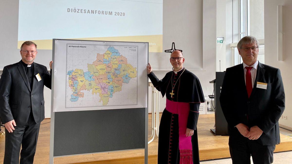 Generalvikar Jürgen Vorndran, Würzburgs Bischof Franz Jung und Diözesanratsvorsitzender Michael Wolf bei einem Diözesanforum in Würzburg.