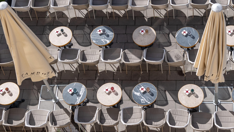 Leere Plätze in einem Münchner Cafe