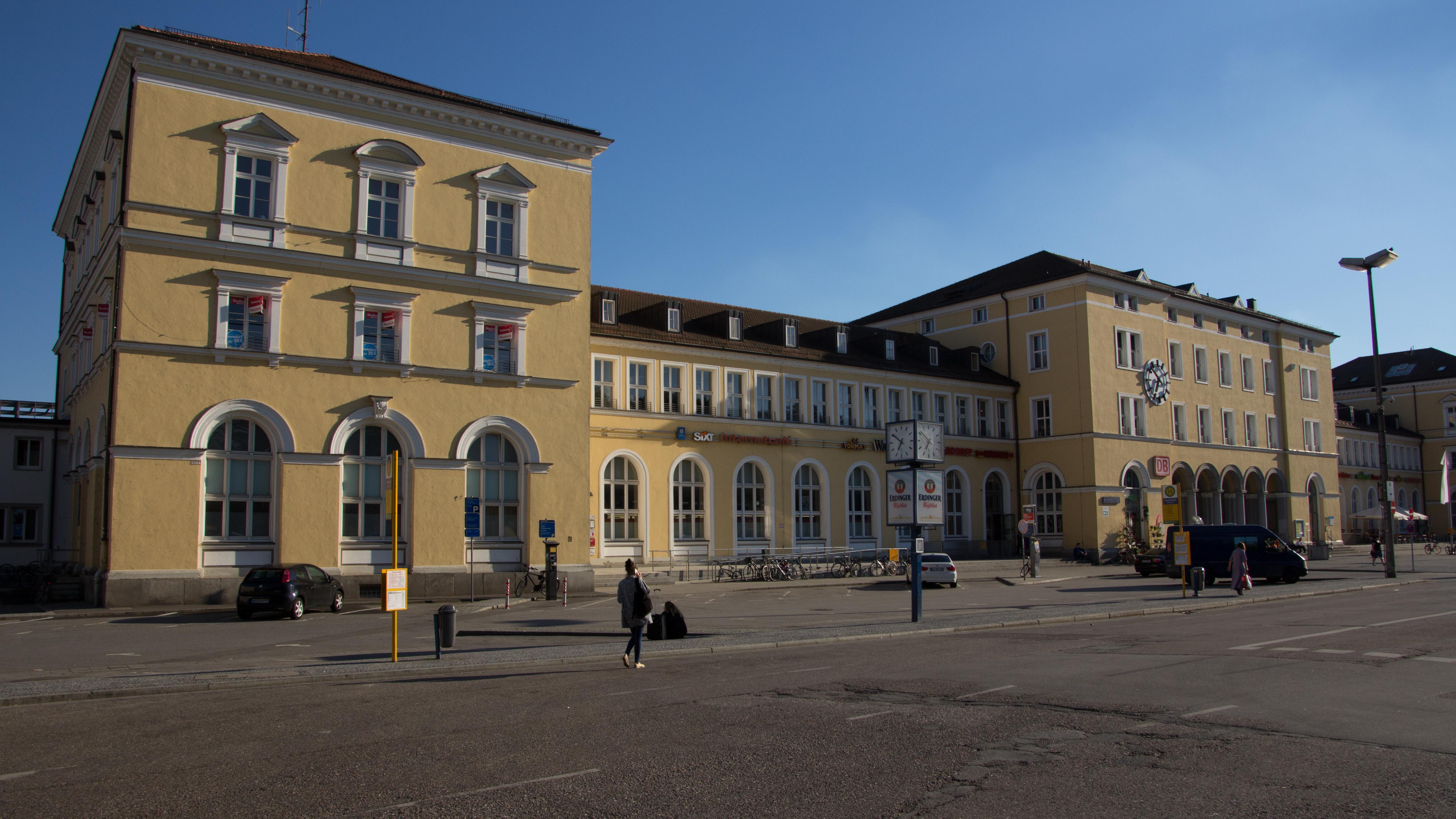 Die Fassade des Regensburger Hauptbahnhofs, von der Straßenseite aus.