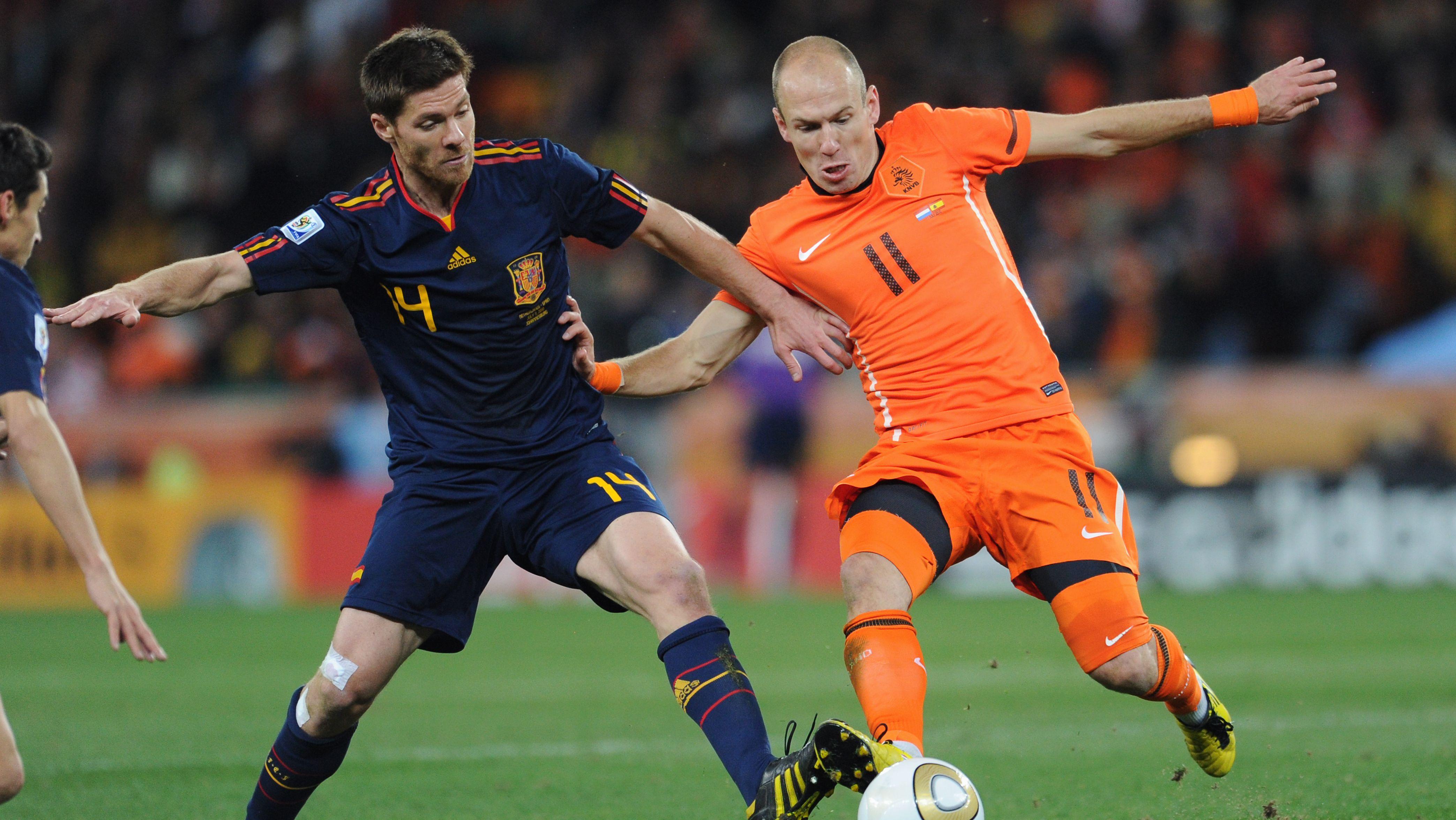 Xabi Alonso und Arjen Robben im WM-Finale 2010 zwischen Spanien und den Niederlanden
