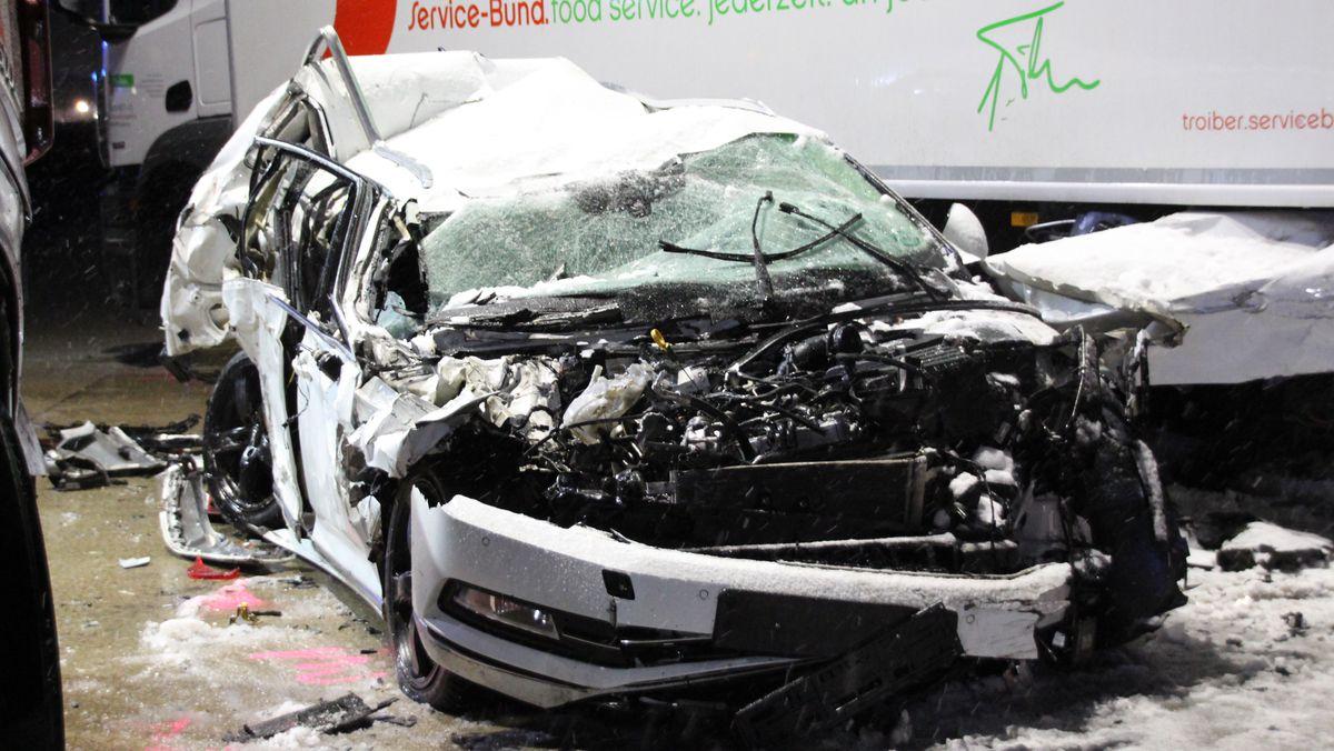 Die Insassen dieses völlig zerstörten Pkws wurden nur leicht verletzt. Der Unfall passierte auf der A93 im Landkreis Kelheim.